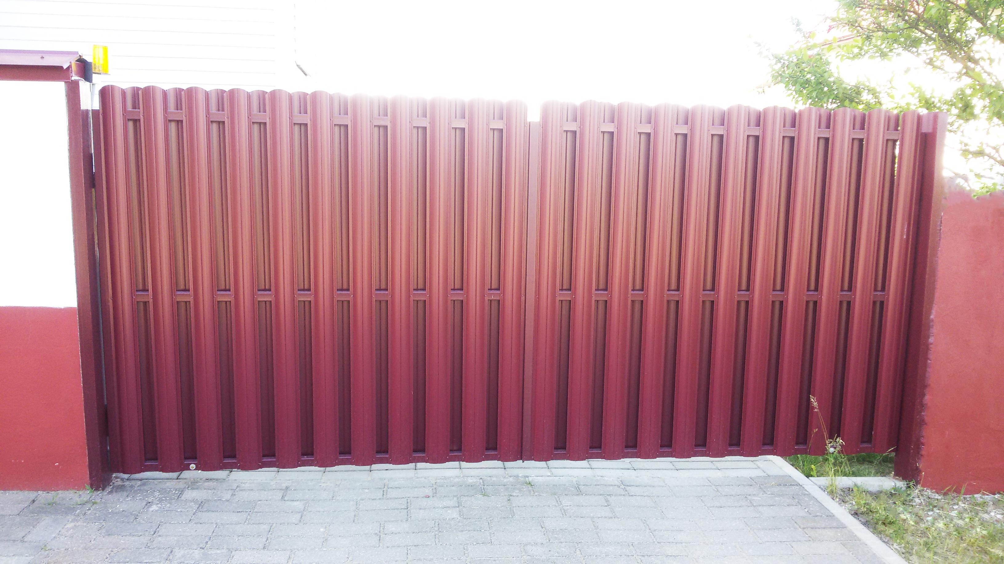 Распашные ворота из металлоштакетника