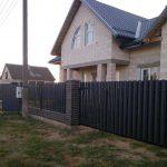 Откатные ворота и забор с заполнением металлоштакетником
