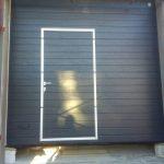 Ворота подъемные секцонные гаражные антрацит темно-серый Alutech Trend с калиткой работы Барановичи