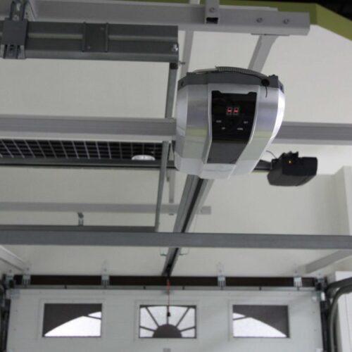 Электропривод, установленные на воротах как выглядит An Motors ASG 600 ASG1000 для секционных гаражных ворот